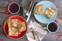 Té para dos en una comida campestre de la primavera Foto de archivo libre de regalías