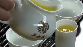 Té que prepara de proceso, ceremonia de té, taza de té negro recientemente preparado Juego de té asiático en la estera de bambú,  almacen de video