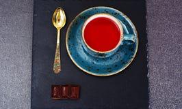 Té rojo en taza hermosa Imágenes de archivo libres de regalías
