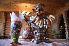 Té ruso que bebe con los rollos del samovar y de pan Imágenes de archivo libres de regalías