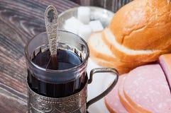 Té, salchicha hervida y pan foto de archivo libre de regalías