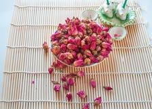 Té sano con los pétalos color de rosa Imágenes de archivo libres de regalías