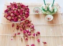 Té sano con los pétalos color de rosa Fotografía de archivo