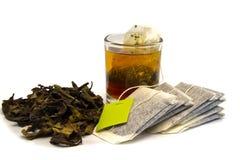 Té secado con la bolsita de té y la taza Imagenes de archivo