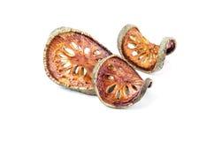 Té secado de la fruta de Bael y x28; Marmelos& x29 de Aegle; aislado en el backgrou blanco Imagen de archivo