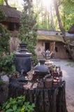 Té tradicional ruso viejo - samovares de consumición Imagen de archivo