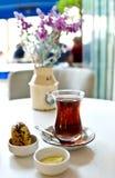 Té turco en una taza de cristal en una tabla en un café Imágenes de archivo libres de regalías