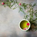 Té verde chino con las rosas en fondo oscuro Foto de archivo libre de regalías
