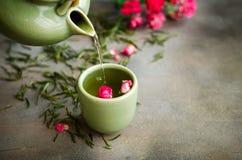Té verde chino con las rosas en fondo oscuro Imagen de archivo libre de regalías