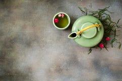 Té verde chino con las rosas en fondo oscuro Imagenes de archivo