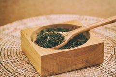 Té verde chino en la cuchara de madera Imagen de archivo libre de regalías