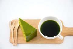 Té verde con el fondo del blanco del aislante de la torta del té verde foto de archivo