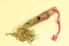 Té verde con la cuchara de bambú Foto de archivo libre de regalías