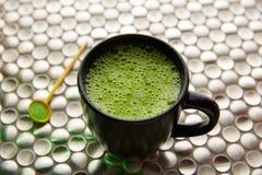 Té verde de Matcha de Japón en el acero inoxidable Imagenes de archivo