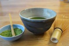 Té verde de Matcha del japonés, cuenco hecho a mano de Matcha, y accesorios Imagen de archivo libre de regalías