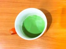 Té verde de Matcha en tabla de madera Imagen de archivo