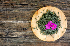 Té verde de Oolong del ginseng en el tablero de madera Imágenes de archivo libres de regalías