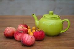 Té verde en la tabla con las manzanas Imágenes de archivo libres de regalías