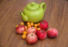 Té verde en la tabla con las manzanas Fotografía de archivo