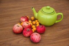 Té verde en la tabla con las manzanas Foto de archivo