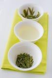 Té verde en tres formas: seqúese, infusión y las hojas después de preparar Fotografía de archivo libre de regalías