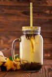Té verde orgánico del limón en un tarro de cristal Autumn Beverage Una bebida con una paja Agrios frescos por completo de vitamin Imagenes de archivo