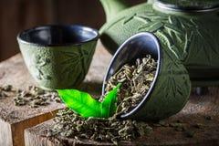 Té verde sano y fresco con la tetera y la taza del hierro Foto de archivo