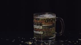 Té verde Taza de cristal con las hojas de té verdes secas orgánicas que están flotando dentro de la taza en agua caliente Cámara  almacen de metraje de vídeo