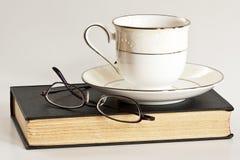 Té, vidrios, y un buen libro Imagen de archivo libre de regalías