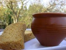 Té y bizcocho tostado en foco Foto de archivo libre de regalías