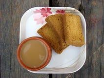 Té y bizcocho tostado en placa Fotografía de archivo