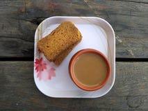 Té y bizcochos tostados en placa Fotografía de archivo