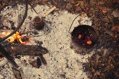 Té y café en el fuego Un pote y un turco en un fuego al aire libre Imagen de archivo libre de regalías