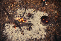 Té y café en el fuego Un pote y un turco en un fuego al aire libre Imágenes de archivo libres de regalías