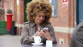 Té y el mandar un SMS almacen de video