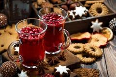 Té y galletas calientes del arándano de la Navidad en la tabla oscura foto de archivo