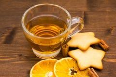 Té y galletas con la naranja y el canela en cierre de madera Fotos de archivo