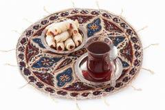 Té y galletas, servidos en el platemat qalamkar. imagenes de archivo