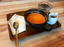 Té y jarabe calientes tailandeses en el café Fotografía de archivo libre de regalías