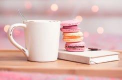 Té y macarrones Foto de archivo libre de regalías