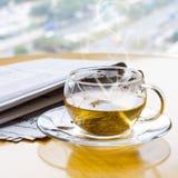 Té y periódico calientes Imagenes de archivo