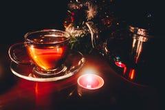 Té y tetera calientes de la Navidad Foto de archivo libre de regalías