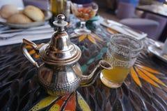 Té y tetera de la menta en Marrakesh Imágenes de archivo libres de regalías