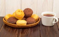 Té y tortas en una servilleta Imagen de archivo libre de regalías