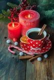 Té y vela de la Navidad Imágenes de archivo libres de regalías