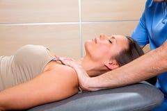 Técnica da terapia de Myofascial com mãos do terapeuta na mulher Imagem de Stock Royalty Free