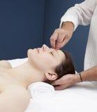 Técnica de la hipnosis para el alivio del dolor de cabeza Foto de archivo