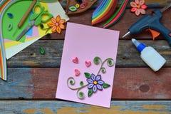 Técnica de Quilling Tiras de papel, flores, tijeras, elementos Artes hechos a mano en tema del día de fiesta: Cumpleaños, día de  imágenes de archivo libres de regalías