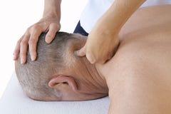 Técnica del masaje de los deportes en los músculos cervicales Fotografía de archivo