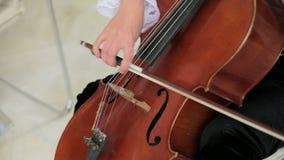 Técnica del violoncelo en la acción almacen de metraje de vídeo